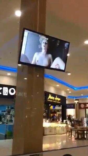 ロシアのショッピングセンターのモニターがハッキングされてポルノ映像を流される 2