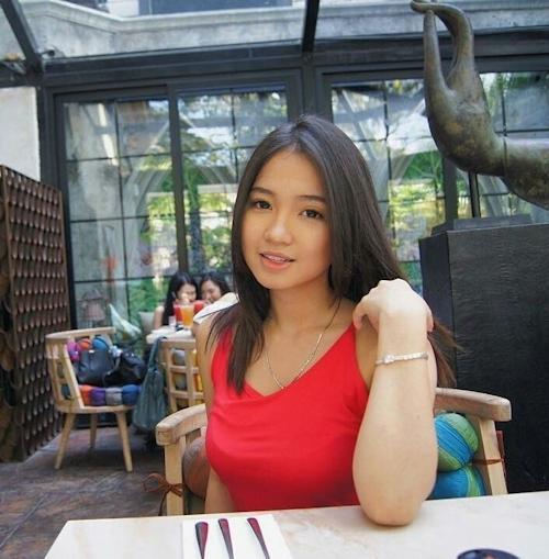 巨乳なインドネシアの素人美少女の自分撮りヌード画像 1