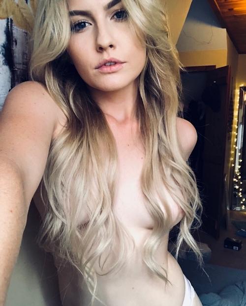 西洋の素人金髪美女の自分撮りヌード画像 8