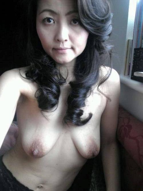 垂れ乳な美熟女の自分撮りヌード画像 3