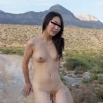 素人美女が大草原で野外露出してるヌード画像