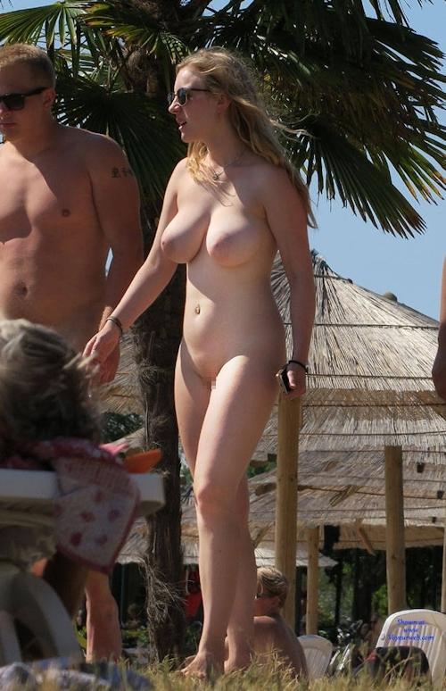 ヌーディストビーチにいた金髪巨乳な西洋美女のヌード画像 2