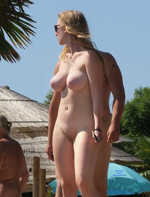 ヌーディストビーチにいた金髪巨乳な西洋美女のヌード画像 4