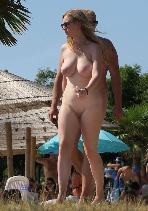 ヌーディストビーチにいた金髪巨乳な西洋美女のヌード画像 5