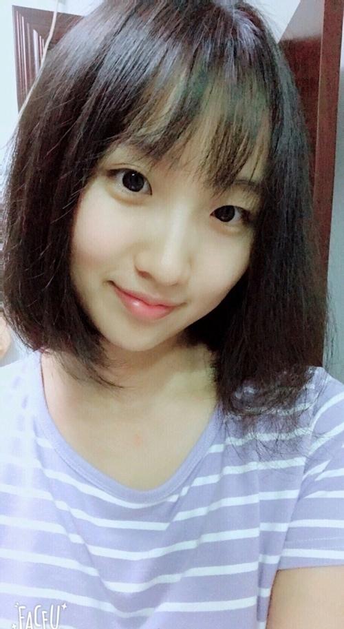 アジアン美少女が野外でおっぱい露出してる画像 1