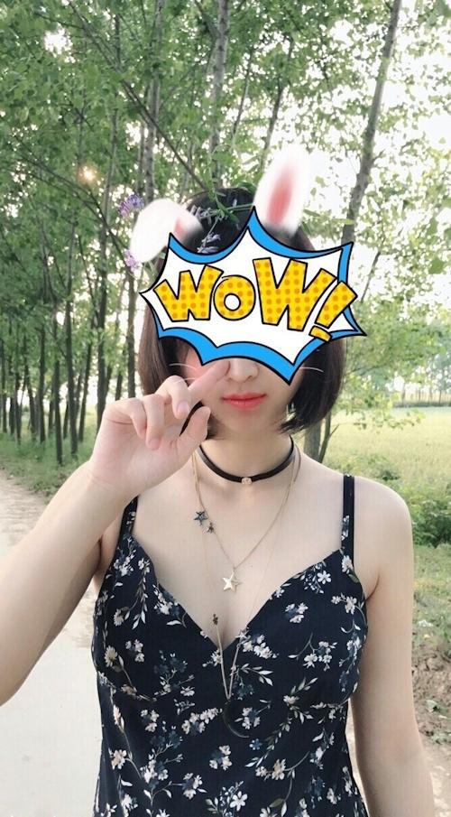 アジアン美少女が野外でおっぱい露出してる画像 3