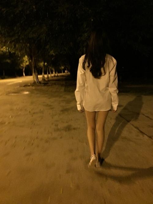 ナイスボディな中国素人女性に男子トイレや公園で全裸露出プレイさせたヌード画像 11