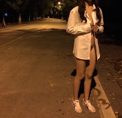 ナイスボディな中国素人女性に男子トイレや公園で全裸露出プレイさせたヌード画像 12