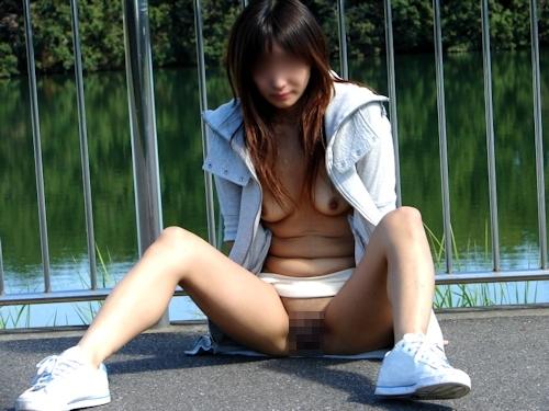 パイパンな素人美女の野外露出ヌード画像 6