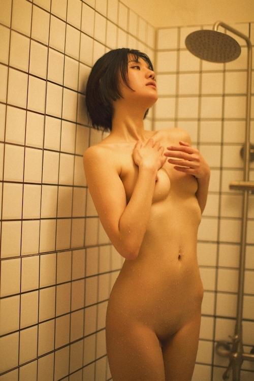 ボブカットの美乳なアジアン美女のシャワーヌード画像 5