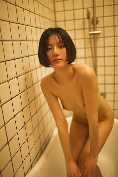ボブカットの美乳なアジアン美女のシャワーヌード画像 6