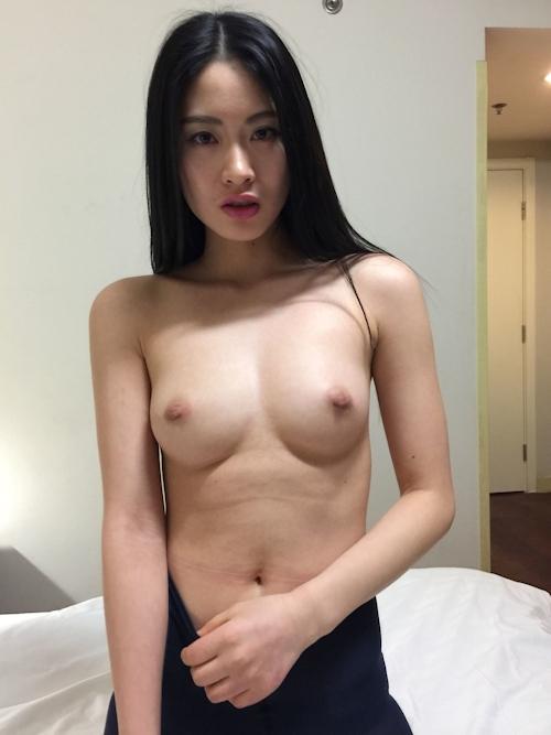 黒髪ストレートヘアーの美乳な中国美女モデル 雨沫(Yumo)を個人撮影したヌード画像 3