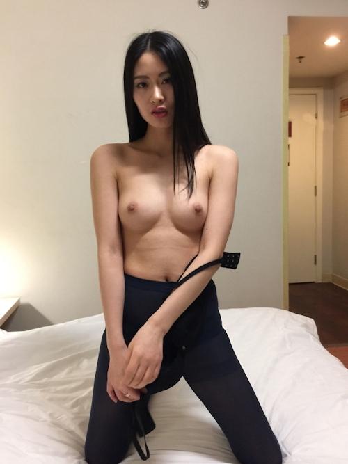 黒髪ストレートヘアーの美乳な中国美女モデル 雨沫(Yumo)を個人撮影したヌード画像 4