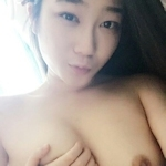微乳な韓国素人美女の自分撮りヌード画像