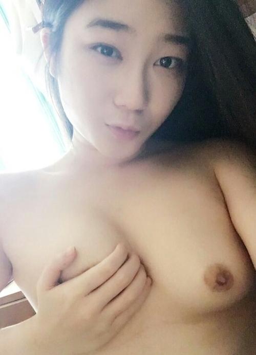 微乳な韓国素人美女の自分撮りヌード画像 1
