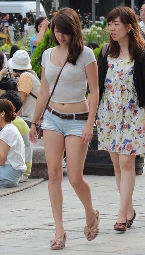街中で見かけたむちむちボディセクシーファッションの素人美女 1