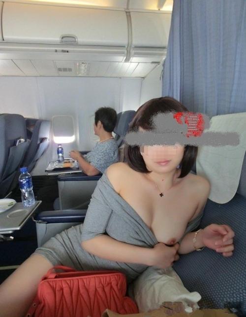 飛行機の中で露出プレイしてる素人女性のヌード画像 4