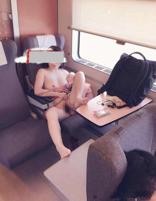 飛行機の中で露出プレイしてる素人女性のヌード画像 9