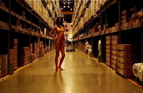 IKEAの店内で全裸露出プレイしてる美乳パイパン美女のヌード画像 10