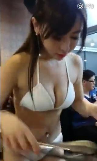 中国のビキニレストランの動画 3