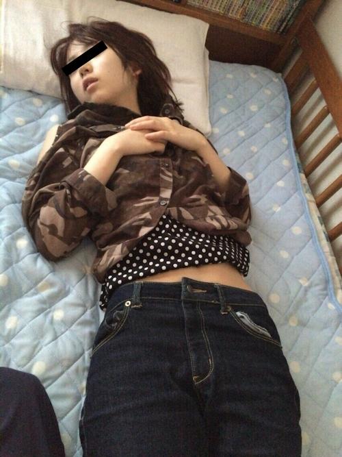 寝ている日本の素人女性のプライベートヌード画像 2