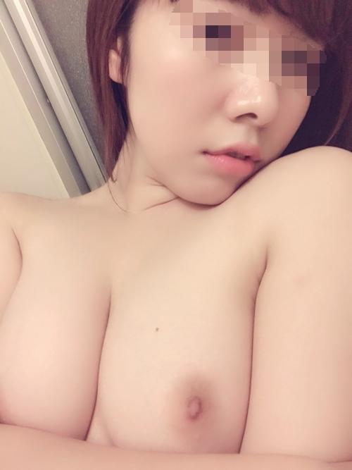 美乳な素人美女の自分撮りおっぱい画像 6