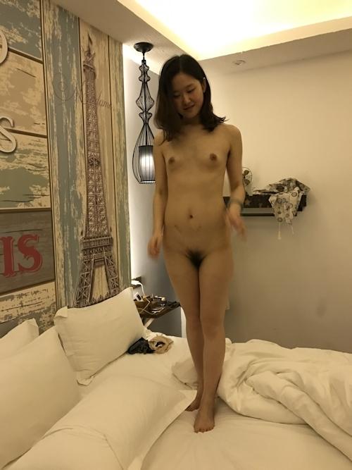 微乳なガールフレンドを撮影したヌード画像 4