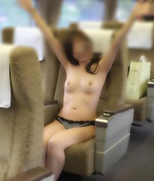 美乳な素人女性が電車内でトップレスになってる露出プレイ画像 2