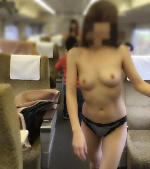 美乳な素人女性が電車内でトップレスになってる露出プレイ画像 3