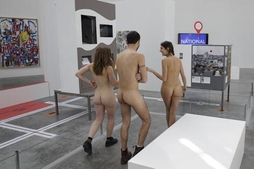パリの美術館で全裸ヌードになって鑑賞するイベント開催 3