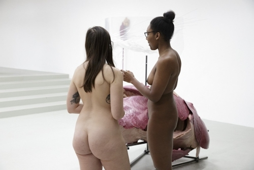 パリの美術館で全裸ヌードになって鑑賞するイベント開催 4