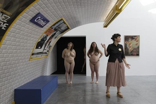 パリの美術館で全裸ヌードになって鑑賞するイベント開催 7