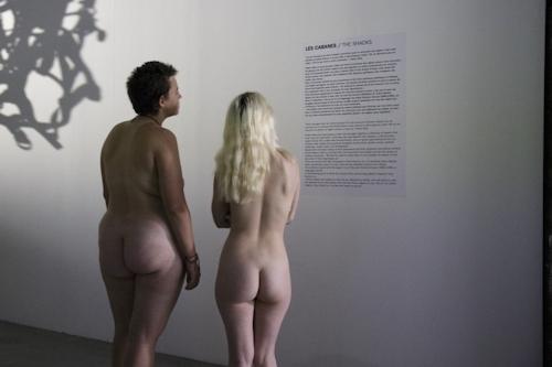 パリの美術館で全裸ヌードになって鑑賞するイベント開催 9