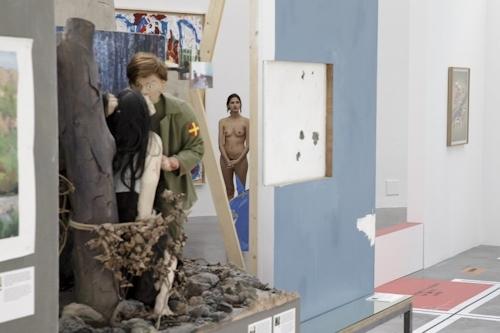 パリの美術館で全裸ヌードになって鑑賞するイベント開催 10