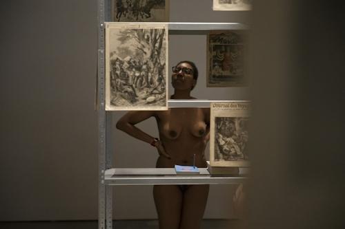 パリの美術館で全裸ヌードになって鑑賞するイベント開催 11