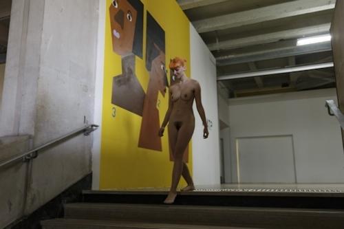 パリの美術館で全裸ヌードになって鑑賞するイベント開催 13
