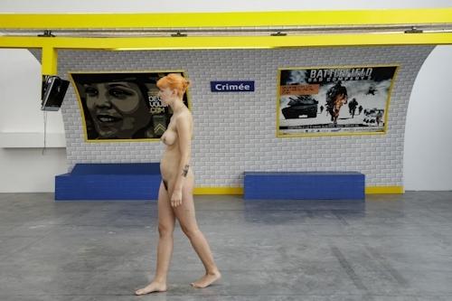 パリの美術館で全裸ヌードになって鑑賞するイベント開催 14
