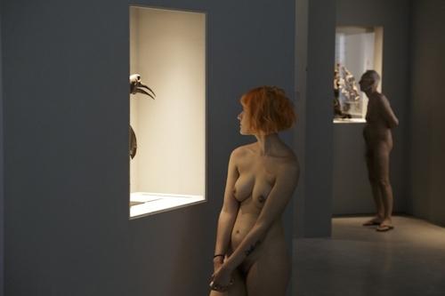 パリの美術館で全裸ヌードになって鑑賞するイベント開催 15