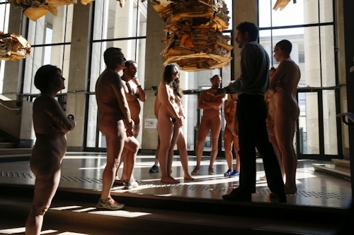 パリの美術館で全裸ヌードになって鑑賞するイベント開催 17
