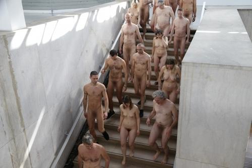 パリの美術館で全裸ヌードになって鑑賞するイベント開催 18