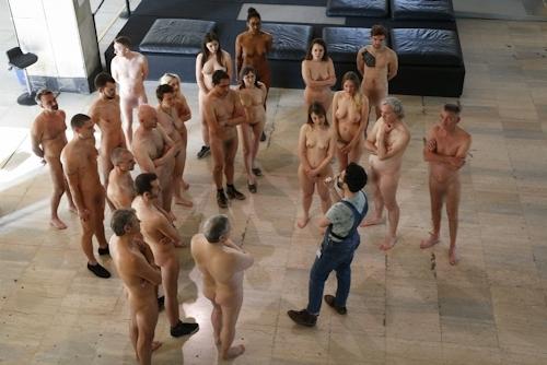 パリの美術館で全裸ヌードになって鑑賞するイベント開催 19