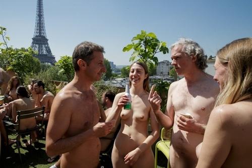 パリの美術館で全裸ヌードになって鑑賞するイベント開催 20