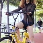 おっぱいスケスケ&食い込みTバックで自転車に乗ってる女性の画像