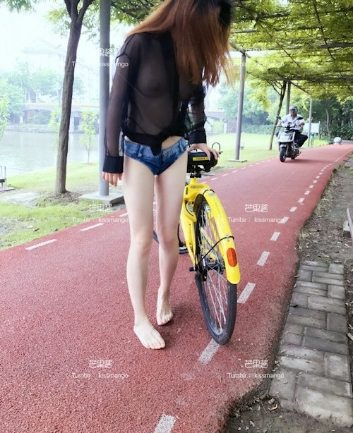 おっぱいスケスケ&食い込みTバックで自転車に乗ってる女性の画像 1