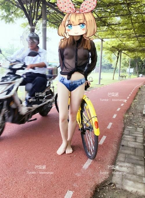 おっぱいスケスケ&食い込みTバックで自転車に乗ってる女性の画像 3