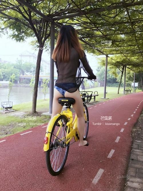 おっぱいスケスケ&食い込みTバックで自転車に乗ってる女性の画像 4