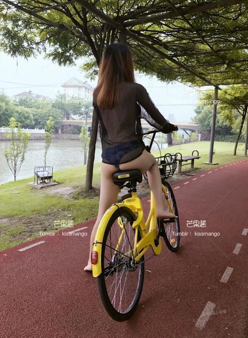 おっぱいスケスケ&食い込みTバックで自転車に乗ってる女性の画像 5