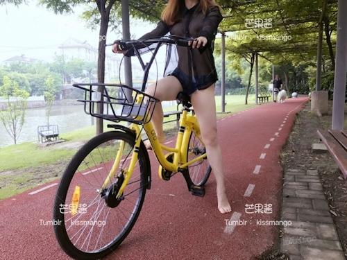おっぱいスケスケ&食い込みTバックで自転車に乗ってる女性の画像 6