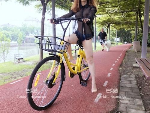 おっぱいスケスケ&食い込みTバックで自転車に乗ってる女性の画像 7