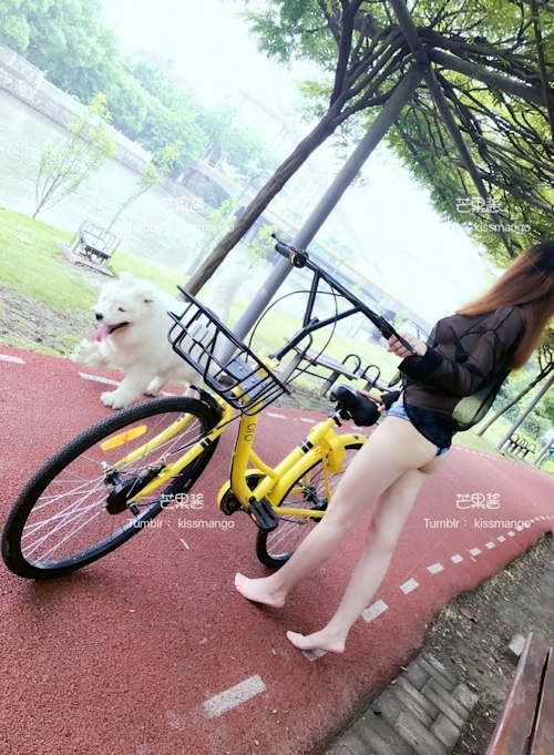 おっぱいスケスケ&食い込みTバックで自転車に乗ってる女性の画像 8